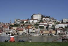 Mädchen, das nach Oporto schaut lizenzfreie stockbilder