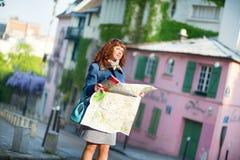 Mädchen, das nach Richtung in Paris sucht Lizenzfreie Stockfotografie