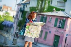 Mädchen, das nach Richtung in Paris sucht Stockfotos