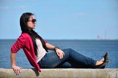 Mädchen, das nahe dem Meer liegt Lizenzfreies Stockbild