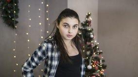 Mädchen, das nahe dem Weihnachtsbaum steht stockbilder