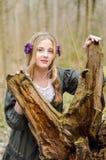 Mädchen, das nahe zerschmettertem Baum steht Stockfotos