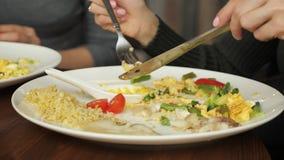 Mädchen, das Nahrung im Café isst stock video footage