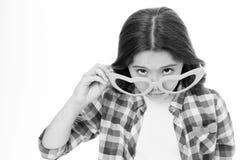 Mädchen, das nettes großes Herz Gläser formte, lokalisierte weißen Hintergrund Kindermädchen schaut gewundert oder überrascht Sin lizenzfreie stockbilder