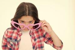 Mädchen, das nettes großes Herz Gläser formte, lokalisierte weißen Hintergrund Kindermädchen schaut gewundert oder überrascht Sin stockbilder