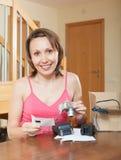 Mädchen, das neue kompakte Digitalkamera auspackt Lizenzfreie Stockbilder