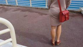 Mädchen, das oben zur Plattform, Seereise auf Kreuzfahrtschiff, endloser Wasserhorizont geht stock video