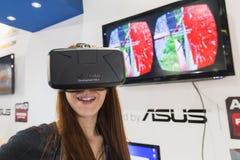 Mädchen, das Oculus-Kopfhörer an Spiel-Woche 2014 in Mailand, Italien versucht Lizenzfreie Stockfotografie