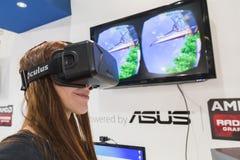 Mädchen, das Oculus-Kopfhörer an Spiel-Woche 2014 in Mailand, Italien versucht Lizenzfreie Stockbilder