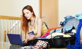 Mädchen, das online Hotel oder Karten aufhebt Stockbilder