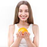 Mädchen, das Orange lächelt und hält lizenzfreies stockbild