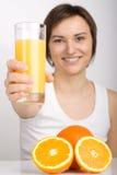 Mädchen, das Orangensaft anbietet Lizenzfreie Stockbilder