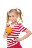 Mädchen, das Orangensaft durch Stroh trinkt lizenzfreie stockbilder