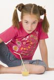 Mädchen, das Orangensaft IV trinkt Stockfotografie