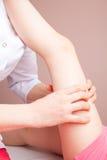 Mädchen, das osteopathic Behandlung ihres Beines bekommt Stockfoto