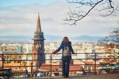 Mädchen, das Panorama von Freiburg im Breisgau in Deutschland genießt Stockfotos