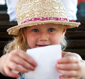 Mädchen, das Papier hält Lizenzfreies Stockbild