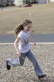 Mädchen, das am Park läuft stockfotos