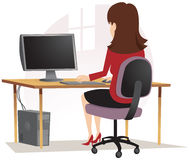 Mädchen, das am PC sitzt Lizenzfreies Stockbild