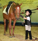 Mädchen, das Pferd petting ist Stockfoto