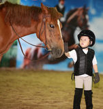 Mädchen, das Pferd petting ist Stockfotos