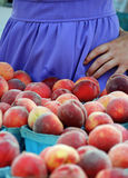 Mädchen, das Pfirsiche verkauft Lizenzfreie Stockbilder