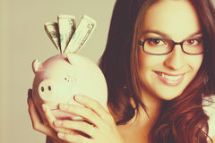 Mädchen, das Piggy Querneigung anhält stockfoto