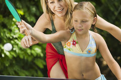 Mädchen, das Ping-Pong With Mother spielt Stockfotografie