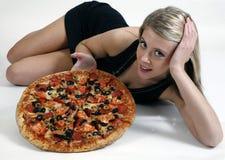 Mädchen, das Pizza zeigt Lizenzfreie Stockbilder