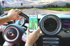 Mädchen, das Pokemon während Autofahren cachiert Stockfotografie