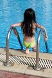 Mädchen, das in Pool kommt stockfotos