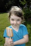 Mädchen, das Popsicle isst Lizenzfreies Stockbild