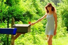 Mädchen, das Post überprüft Stockfoto