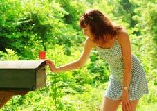 Mädchen, das Post überprüft Lizenzfreies Stockfoto