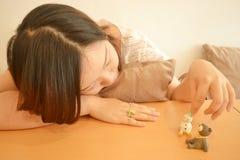 Mädchen, das Puppe spielt lizenzfreies stockbild
