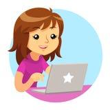 Mädchen, das purpurrotes Hemd unter Verwendung Grey Laptops trägt Stockfotos