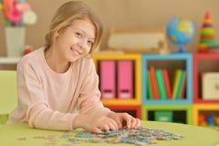 Mädchen, das Puzzlespiele sammelt Lizenzfreies Stockfoto