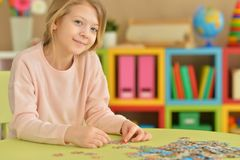 Mädchen, das Puzzlespiele sammelt Stockfoto