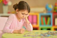 Mädchen, das Puzzlespiele sammelt Lizenzfreie Stockbilder