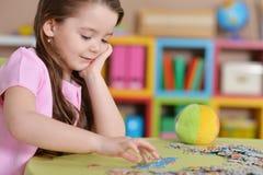 Mädchen, das Puzzlespiele sammelt Lizenzfreie Stockfotos
