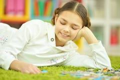Mädchen, das Puzzlespiele sammelt Stockfotografie