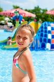 Mädchen, das am Rand des Pools sitzt Lizenzfreies Stockfoto