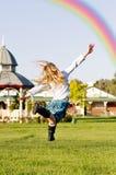 Mädchen, das Regenbogen jagt lizenzfreie stockfotografie