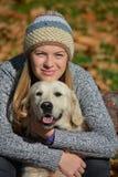 Mädchen, das Retrieverhund umarmt Lizenzfreies Stockfoto