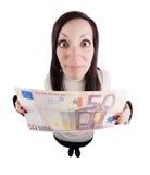 Mädchen, das riesige Euroanmerkung anhält Lizenzfreie Stockfotografie