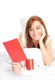 Mädchen, das romantische Valentinsgrußkarte liest lizenzfreies stockfoto