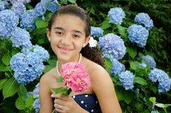 Mädchen, das rosafarbene Blume anhält Stockbilder