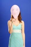 Mädchen, das rosafarbenen überraschten Ballon anhält lizenzfreies stockbild