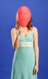 Mädchen, das roten verärgerten Ballon anhält stockfotografie