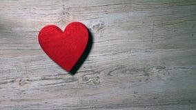 Mädchen, das rotes Herz auf einem Holztisch, Ansicht von oben niederlegt Raum für Aufschriften Romance, Liebe, Valentinstag stock footage